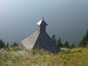 Kaplička s pramenem na Vřesové studánce
