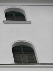 Západní strana věže - detail okna (štuky)